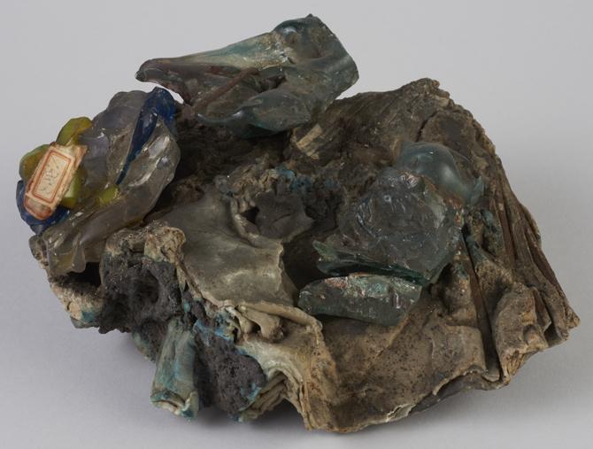硝子類の熔塊